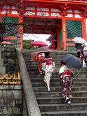Женщины носят кимоно в японском храме — Стоковое фото