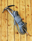 Vintage ice axe and rope — Stock Photo