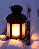 лампа свеча на заснеженных скамейке — Стоковое фото