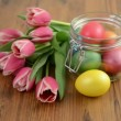 Zoom on glass jar with bunch of pink tulips and Easter eggs — Stock Video