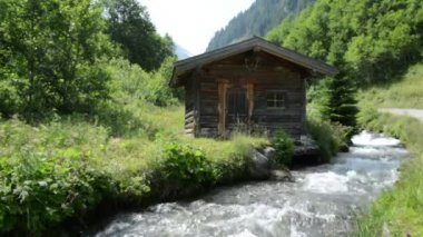 Little alpine Hovel at stream water at Zillertal (Austria) — Stockvideo