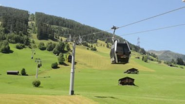 A pod of Iskogel cable car goes down into the valley. (Austria) — Stock Video
