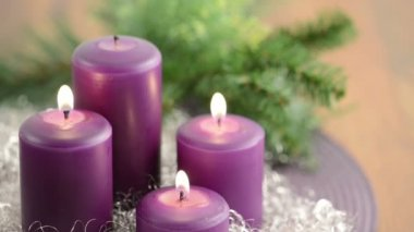 Four purple candle, wreath and silver decoration — Stock Video