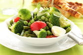 Salad with broccoli, tomatoes and green peas. — Stock Photo