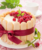 "Cake ""Charlotte"" with raspberries and cream, selective focus. — Stock Photo"