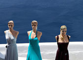 Fashion models in front of the aegean sea at Santorini island in Greece — Stock Photo