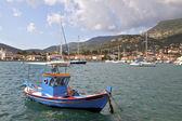 Fiskebåt på vathi bay på ithaki ö i grekland — Stockfoto