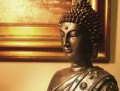 Estátua de buda perto a imagem de bronze — Foto Stock