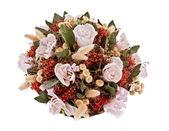Sahte çiçeklerle dekoratif geleneksel fitil sepeti — Stok fotoğraf