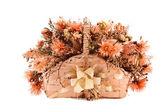 Dekorative traditionelle docht korb mit kunstblumen drin — Stockfoto
