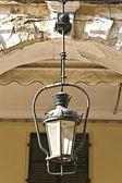 Vecchi edifici tradizionali con lanterne a corfu — Foto Stock
