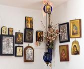 çeşitli ortodoks kutsal tasvirleri duvarda asılı — Stok fotoğraf