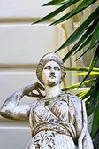 греческой классической эры статуя перед зданием в греции — Стоковое фото