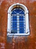 Eski korfu adası'nda geleneksel bir yunan evinin penceresinden — Stok fotoğraf