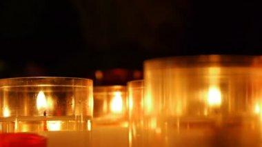 Verlichte kaarsen in een kerk — Stockvideo