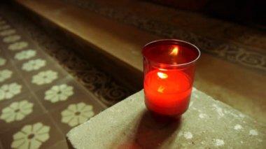 教会で照らされたキャンドル — ストックビデオ