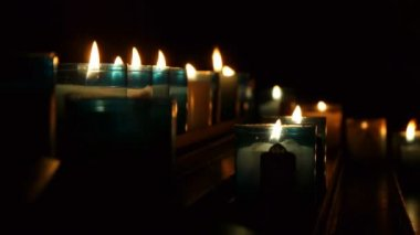 Beleuchtete kirche kerzen — Stockvideo