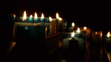 Illuminato candele in chiesa — Video Stock