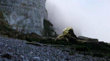 Steile kliffen op het rotsachtige strand — Stockvideo