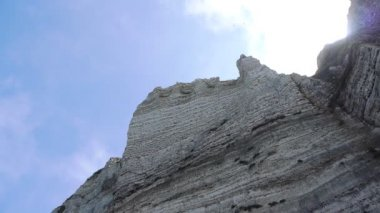 Steep cliffs in front of the sky — Stock Video