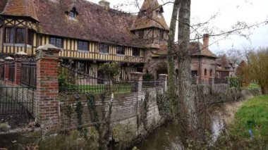 Old house and river in Beuvron en Auge, France — Stock Video