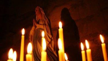 在大教堂里的圣母玛利亚的圣洁女神像 — 图库视频影像