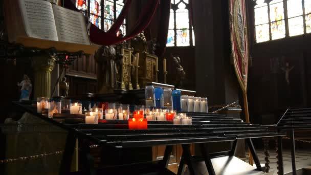 Velas en iglesia honfleur, Francia — Vídeo de stock