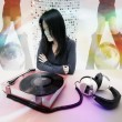 Japanese woman and music player — Stockfoto