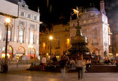 Crowds at night around the Eros statue — Fotografia Stock