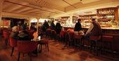 Assis dans un bar — Photo