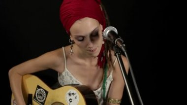 Cool gypsy style woman plays guitar and sings — Stock Video