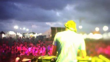 Timelapse view from behind a dj looking out to the crowd at a festival — Stock Video