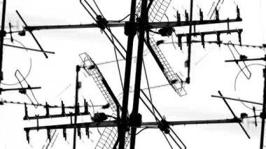 Abstrakte muster von tv-antennen und satelliten auf dächern — Stockvideo