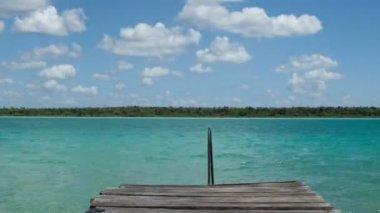Timelapse выстрел из красивых озера Бакалар, с кристально чистой голубой водой, Кинтана-Роо, Мексика — Стоковое видео
