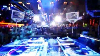 Záběr dj hraje zpoza vyhlíží do davu v klubu oprávnění, ibiza, španělsko — Stock video