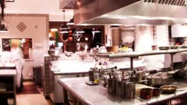 Timelapse tiro dos chefs preparando comida na cozinha de um restaurante de hotel ocupado — Vídeo Stock