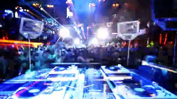 Coup de dj jouant derrière face à la foule au club privilège, ibiza, espagne — Vidéo