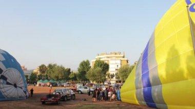 Varmluftsballonger ta del i den europeiska ballong festivalen — Stockvideo