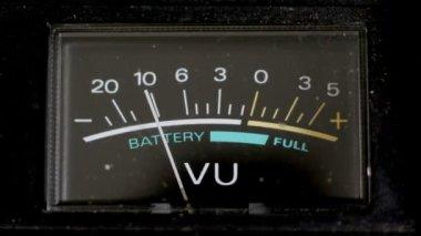 Batteri nivåer på gamla ghetto blaster flyttar — Stockvideo