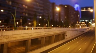 Panning timelpase and out of focus abstract shot of traffic in barcelona spain at night — Vidéo
