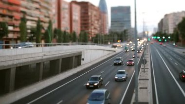 Panning timelpase and out of focus abstract shot of traffic in barcelona spain at night — ストックビデオ