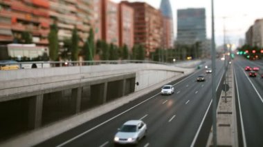 Panning timelpase and out of focus abstract shot of traffic in barcelona spain at night — Vídeo Stock