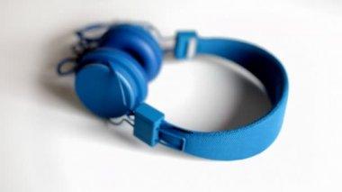 Cool looking audio headphones spinning around — Stock Video