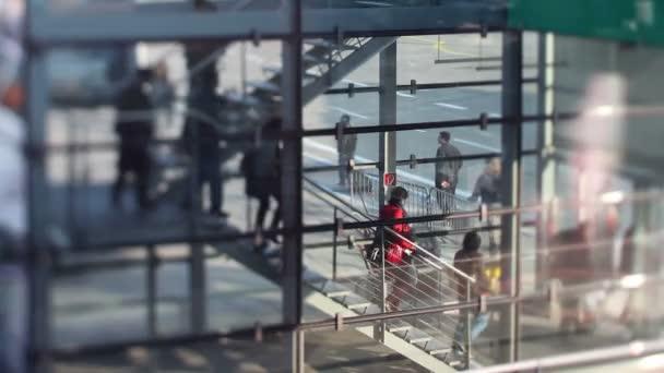 Bajar las escaleras de pasajeros a bordo de un vuelo en koln bonn airport, Alemania — Vídeo de stock
