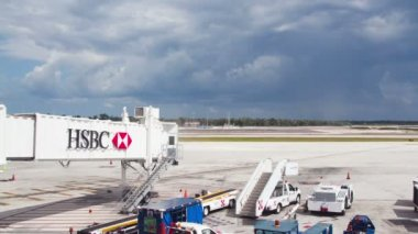 Timelapse of a plane on the concourse at cancun international airport, mexico — Stock Video