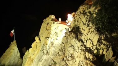 Shots of the famous cliff diver in acapulco, mexico at night — Стоковое видео