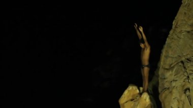 Shots of the famous cliff diver in acapulco, mexico at night — ストックビデオ