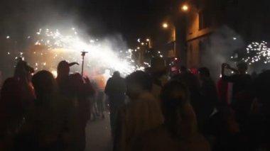 """Kalabalık cadde veya yangına koş, """"correfoc"""", barcelona i̇spanya — Stok video"""