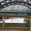 View of pedestrian bridge and vehicle bridge in backgroud, denver, colorado - 图库照片
