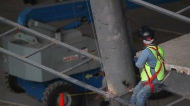 Bir inşaat işçisi bir metal kirişler üzerinde — Stok video